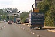 Der Werbeanhänger am Straßenrand