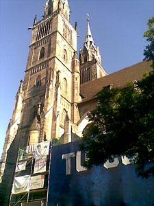 Werbung in Nürnberg an der Kirche