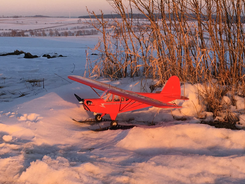 Piper Cub J3 - Modellflugzeug mit Ski