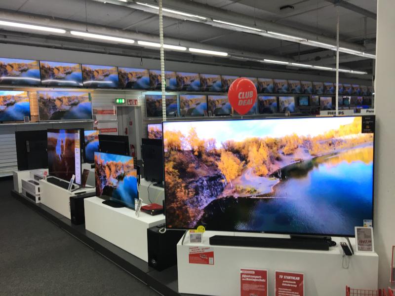 Drohnenvideo auf TV-Monitoren im MediaMarkt
